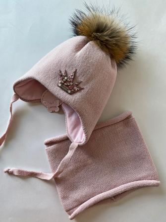 Комплект, шапка трехслойная с завязками и помпонами из енота + манишка.Цвет: пудра