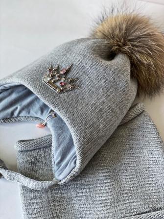 Комплект, шапка трехслойная с завязками и помпонами из енота + манишка.Цвет: серый